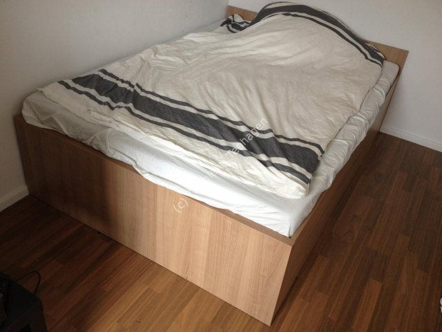Bett aus moderner Strukturplatte